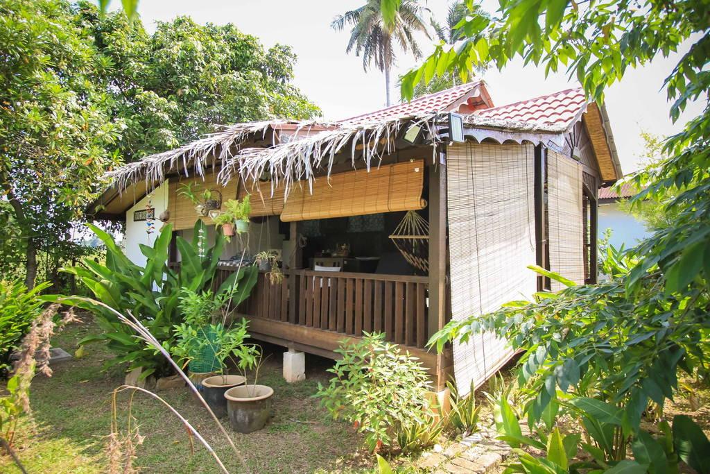 ไอเดียทำบ้านไม้ยกพื้นหลังเล็ก สำหรับเริ่มต้นชีวิตคู่ มีที่ดินปลูกพืชผักรอบบ้าน