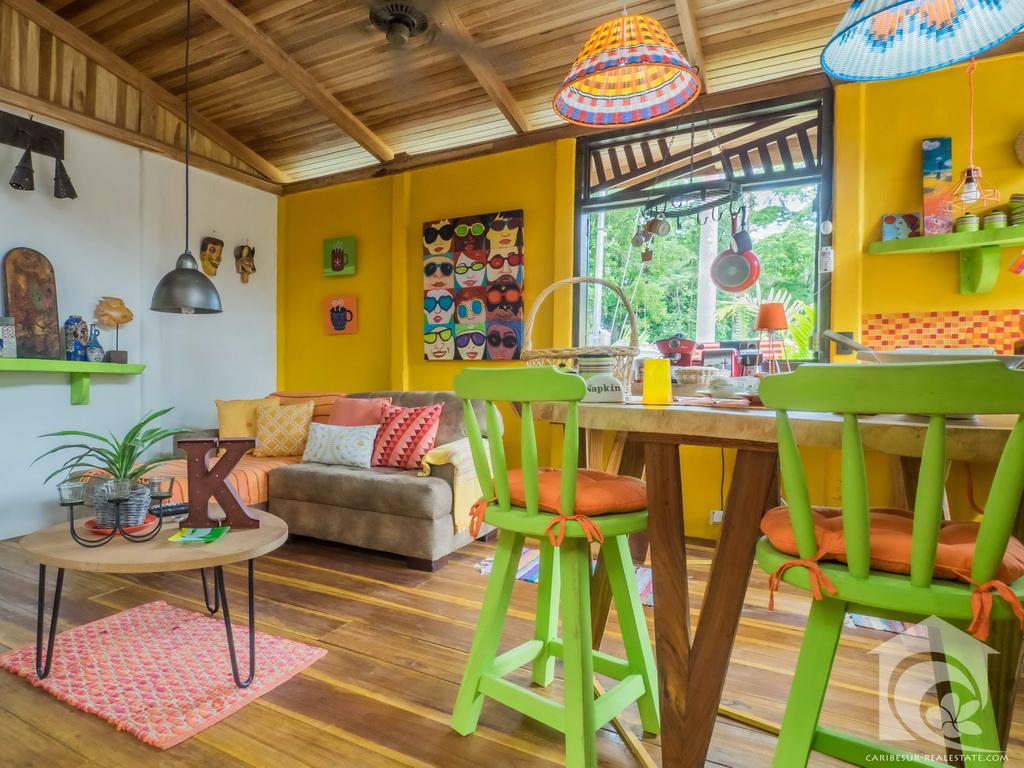 บ้านสไตล์รีสอร์ทสุดชิค มีสวนกลางบ้าน ภายในตกแต่งมีสีสัน