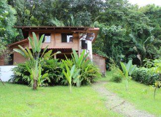 บ้านไม้กึ่งปูนสองชั้น มีพื้นที่ดินปลูกพืชผัก อยู่ในบรรยากาศที่เงียบสงบ
