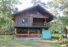 บ้านไม้สองชั้น มีระเบียงนั่งเล่นชั้นบน บรรยากาศโปร่งโล่ง สบาย