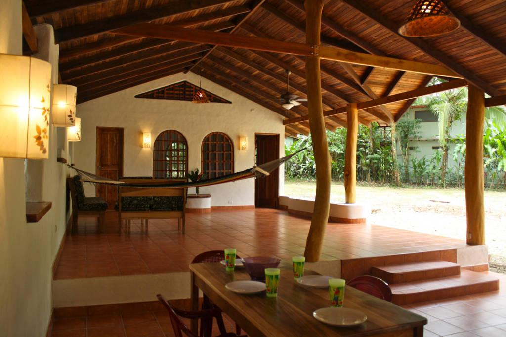 บ้านโครงสร้างรูปตัวแอล L พื้นที่ส่วนกลางเปิดโล่ง มีสวนร่มรื่นหลังบ้าน