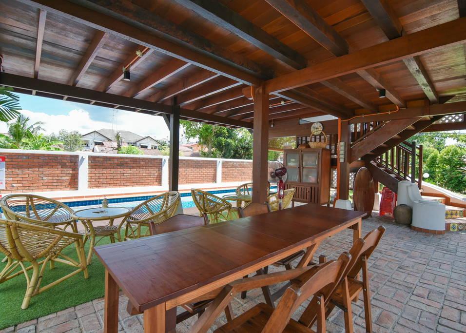 ไอเดียสร้างบ้านไม้ยกพื้นพร้อมสระว่ายน้ำ มีชั้นใต้ถุนเป็นพื้นที่นั่งเล่น