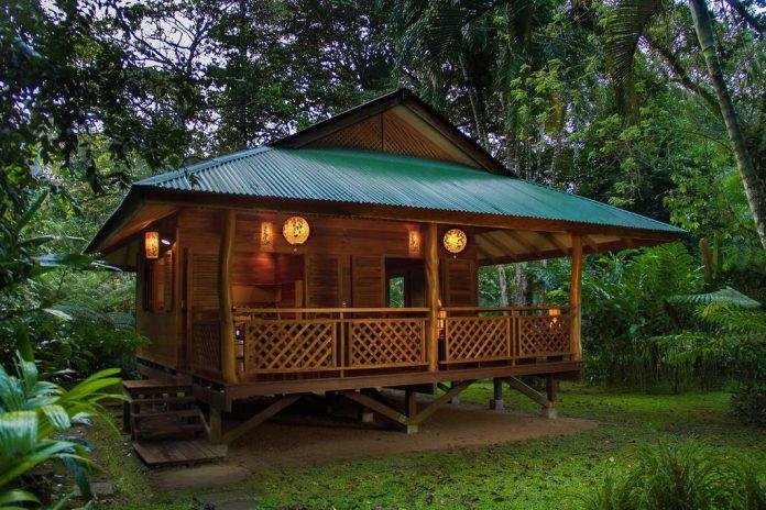 บ้านไม้ยกพื้นหลังเล็ก สไตล์กระท่อม ล้อมรอบด้วยสวนธรรมชาติ