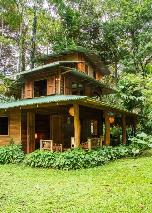 บ้านไม้สามชั้น ในบรรยากาศสวนธรรมชาติ ร่มรื่น เย็นสบาย