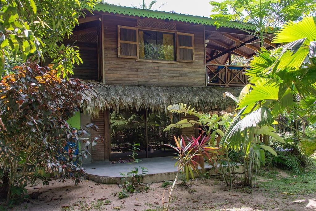 แบบบ้านปูนกึ่งไม้สองชั้น มีระเบียงชั้นบน ชมวิวสวนธรรมชาติและทะเล