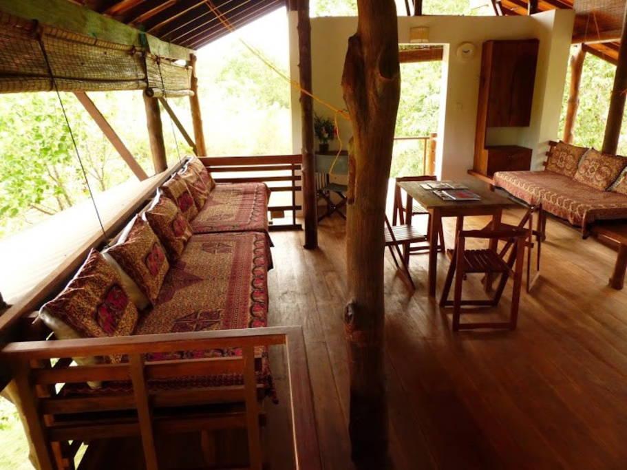 แบบบ้านพักตากอากาศ ผนังบ้านเปิดโล่ง รับบรรยากาศที่เงียบสงบ