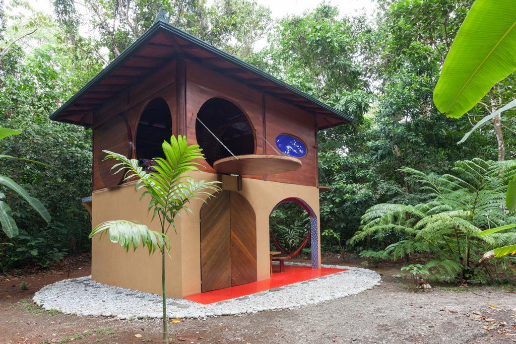 แบบบ้านพัก บังกะโลเล็ก ๆ สวยงามด้วยหน้าต่างวงกลมบานใหญ่