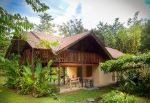 บ้านกึ่งไม้กึ่งปูนชั้นครึ่ง มีระเบียงไม้ใต้หลังคา สวยงาม มีเสน่ห์