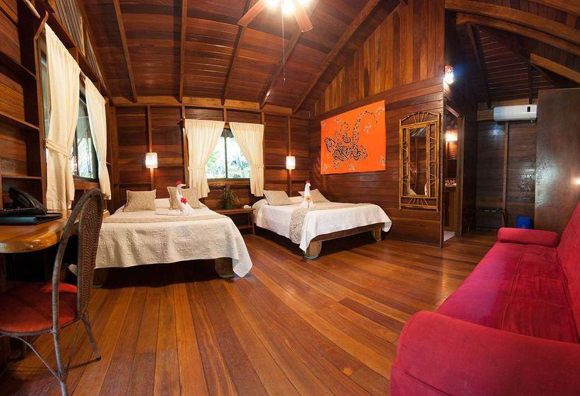 บ้านไม้ยกพื้นสไตล์กระท่อม (Cottage) มีระเบียงพักผ่อนและตั้งโต๊ะทานอาหาร