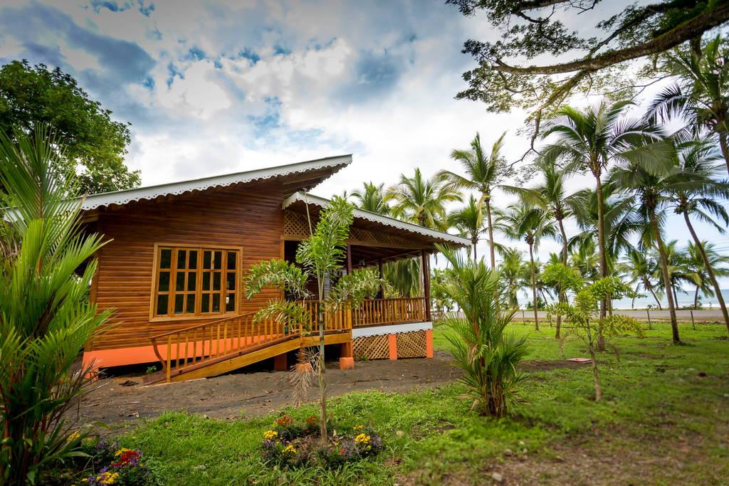 บ้านยกพื้นโครงสร้างปูน ตกแต่งสวยงามด้วยงานไม้ หลังคาเพิงหมาแหงน