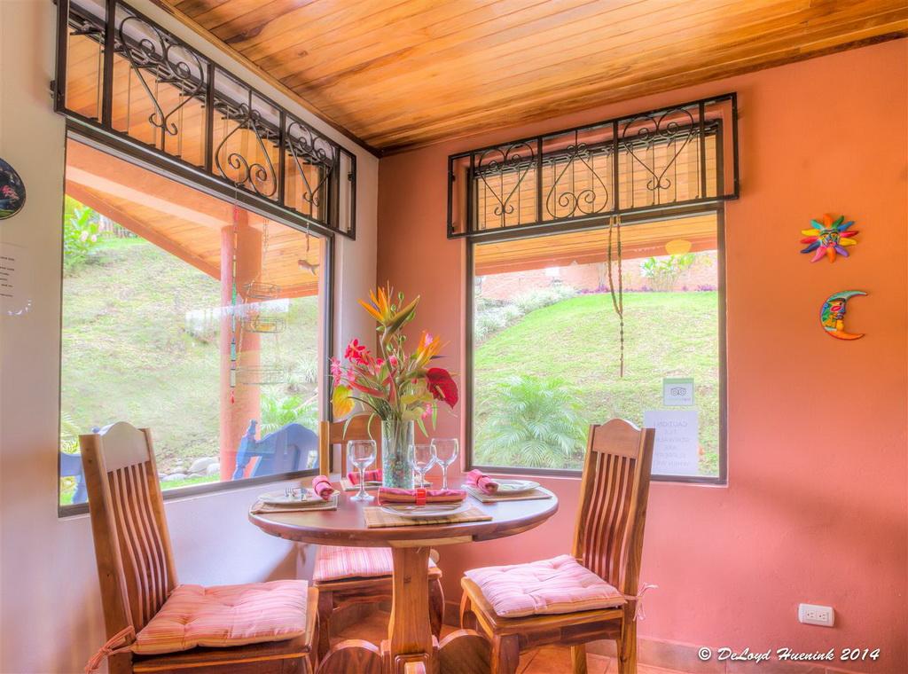 แบบบ้านปูนชั้นเดียว มีหน้าต่างกระจกใสรอบด้าน มองเห็นวิวของสวนที่สวยงาม