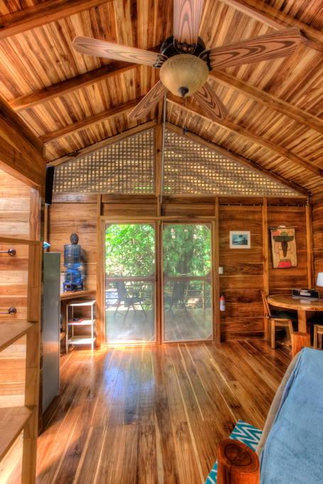 บ้านไม้กระท่อมหลังเล็กยกพื้น ในบรรยากาศสวนทรอปิคอล ร่มรื่น เงียบสงบ