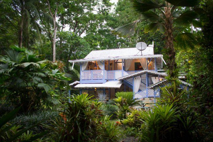 บ้านไม้สไตล์วิคตอเรียน หรูหรา คลาสสิค อยู่ในบรรยากาศป่าธรรมชาติ
