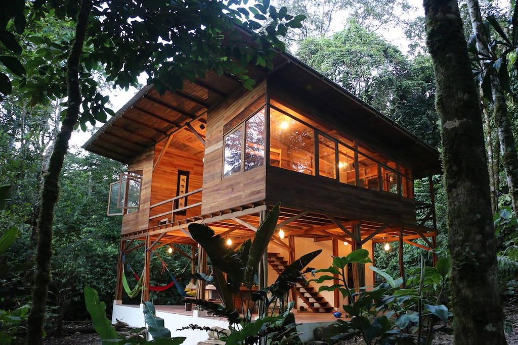 บ้านไม้ยกพื้นสูง ทำครัวไว้ชั้นใต้ถุน สามารถผูกเปลญวนนอนมุมไหนก็ได้