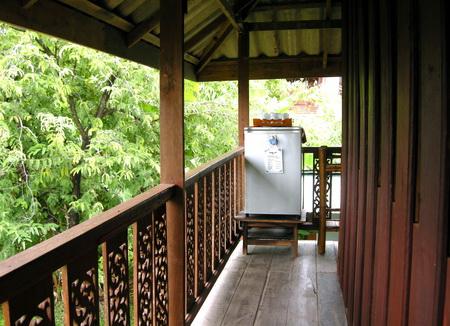 บ้านไม้ยกพื้นสูง สไตล์ไทยภาคเหนือ ในสวนทรอปิคอล