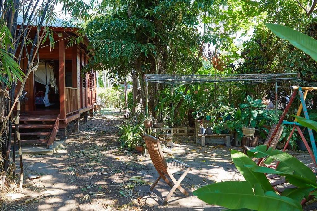 บ้านไม้ยกพื้นหลังเล็ก สไตล์บาหลีคอทเทจ มีระเบียงหน้าบ้าน