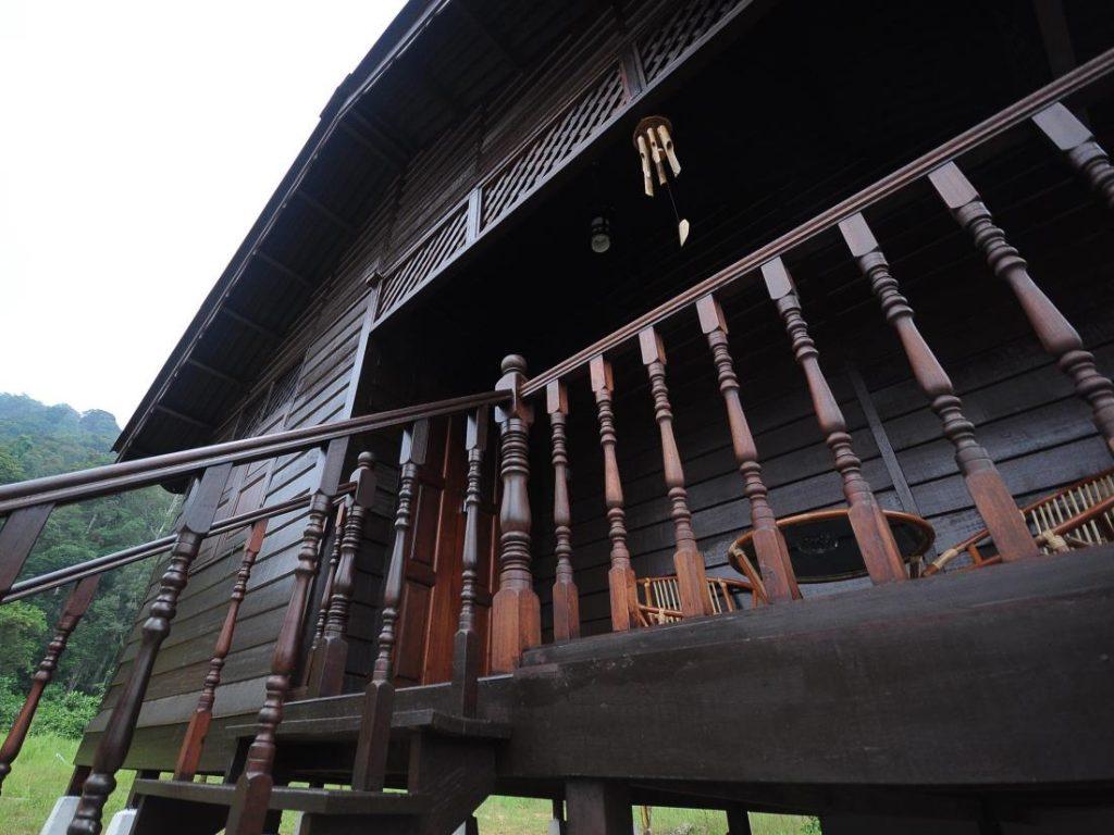 บ้านไม้ยกพื้น ทำบันไดทางขึ้นด้านหน้า ตกแต่งสไตล์โบราณดั้งเดิม