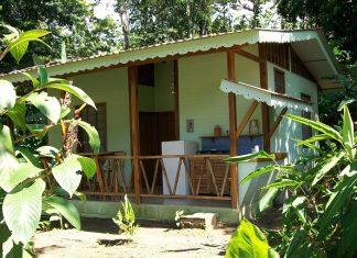 บ้านไม้หลังเล็ก มีระเบียงพร้อมครัวด้านหน้า งบประมาณ 1 แสนบาทต้น ๆ