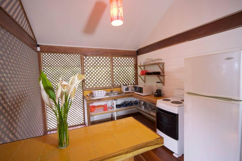 บ้านไม้ยกพื้น ระเบียงหน้าบ้านกว้าง เป็นบ้านที่เหมาะกับอากาศแบบไทย