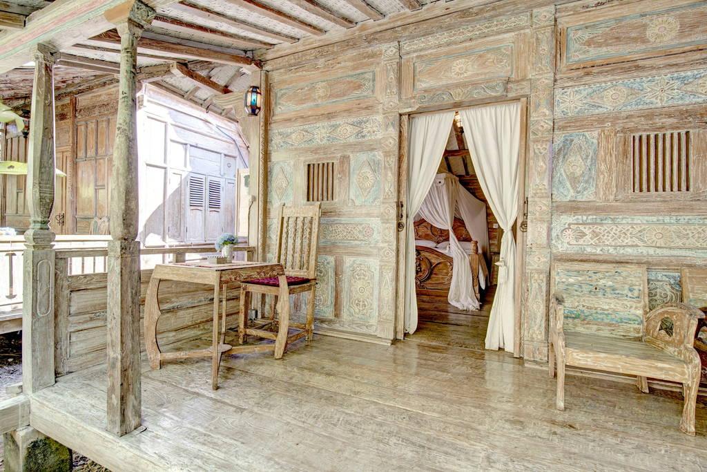 บ้านกระท่อมไม้เก่าขัดสี สเน่ห์บ้านไม้โบราณ สไตล์บาหลี