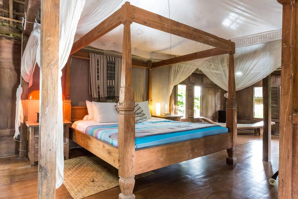 บ้านไม้ยกพื้นสูง ตกแต่งด้วยไม้เก่า ใต้ถุนบ้านมีครัวและพื้นที่นั่งเล่น