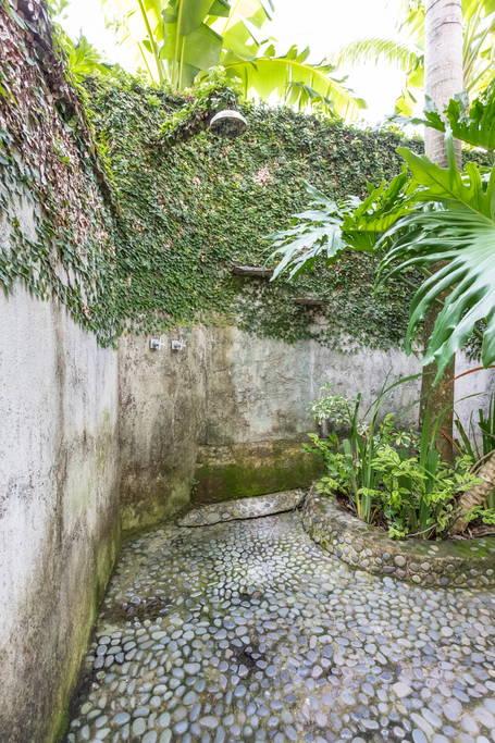 Outdoor Shower หรือ ห้องอาบน้ำกลางแจ้ง
