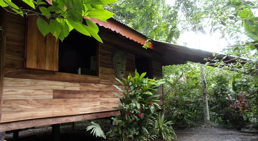 บ้านไม้ยกพื้นด้วยเสาปูน หลังเล็ก ๆ ปลูกอยู่ท่ามกลางสวนที่ร่มรื่น มีพื้นที่ระเบียงไม้กว้าง