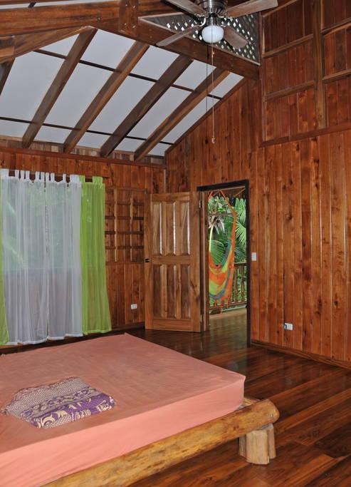 บ้านครึ่งปูนครึ่งไม้ มีระเบียงและห้องนอนชั้นบน