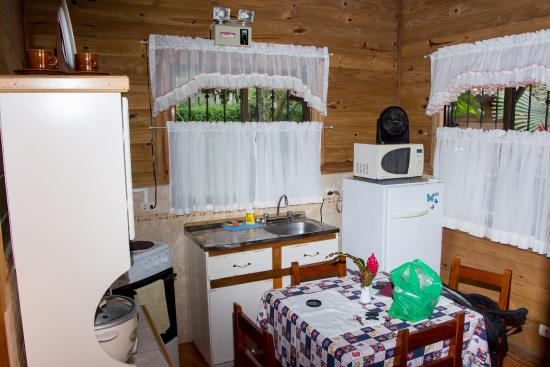 บ้านไม้หลังเล็ก ขนาดกะทัดรัด มีระเบียงหน้าบ้าน