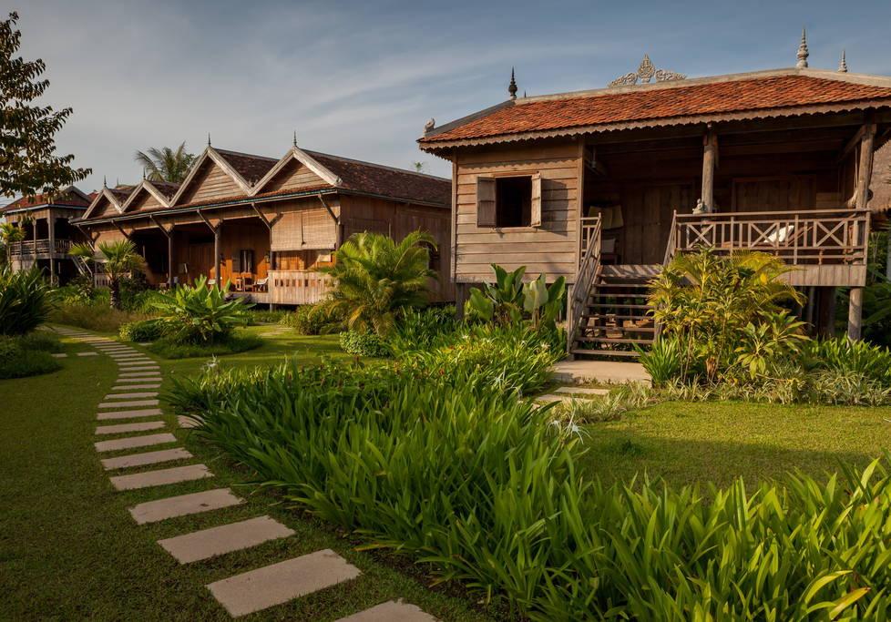 บ้านไม้ยกพื้นโบราณ หรือบังกะโลไม้ ตกแต่งสไตล์เขมรแบบดั้งเดิม