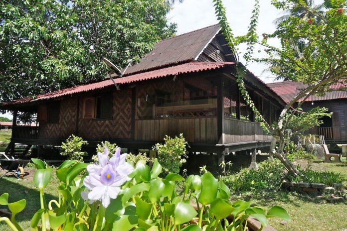 บ้านไม้ยกพื้น แบบโบราณดั้งเดิม ตกแต่งฝาผนังด้วยไม้ไผ่สาน