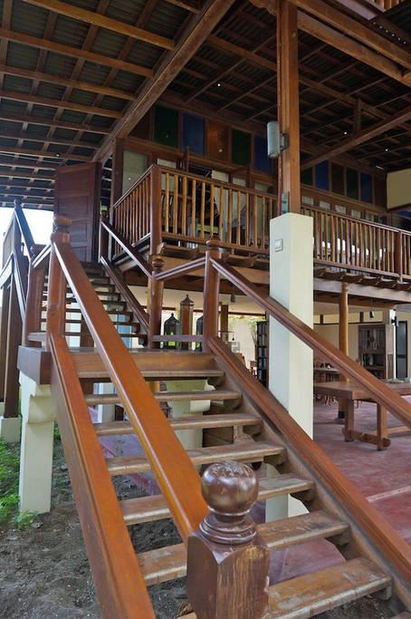 บ้านไม้ยกพื้นสูง โปร่งโล่ง เหมาะกับการใช้ชีวิตช้า ๆ เรียบง่าย