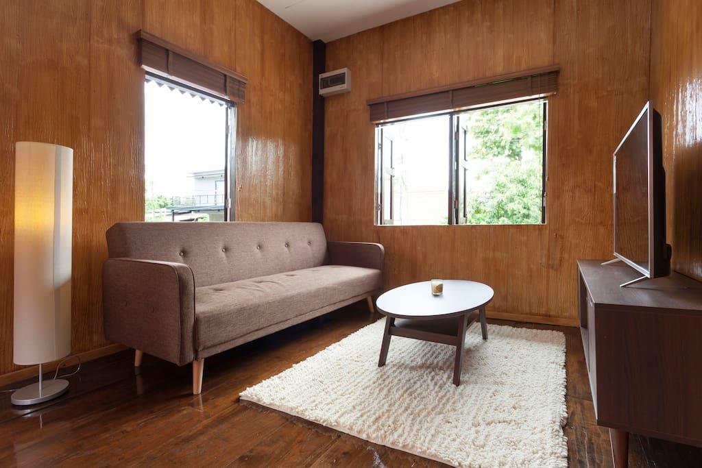 แบบบ้านไม้สักยกพื้น ตกแต่งสไตล์โมเดิร์นร่วมสมัย ผสมผสานงานปูนเปลือย
