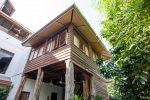 บ้านไม้ยกพื้นสูง สไตล์ไทยล้านนา ใช้เสาไม้สักโบราณ