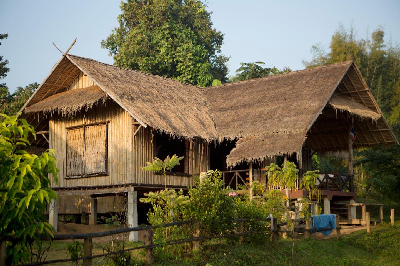บ้านไร่ผนังไม้ไผ่ มีระเบียงชมวิวทุ่งนาและธรรมชาติ อยู่เรียบง่ายแบบวิถีชีวิตเกษตรกร
