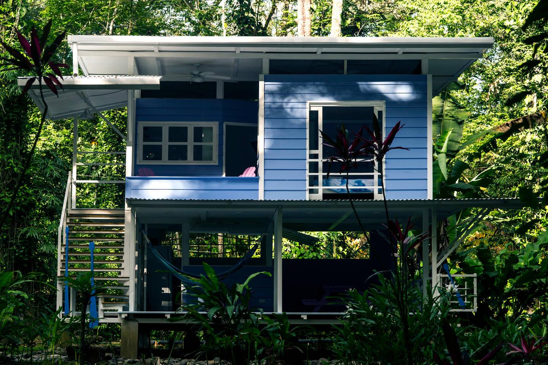 บ้านยกพื้นสองชั้น ท่ามกลางป่าธรรมชาติ สไตล์คาริเบียน