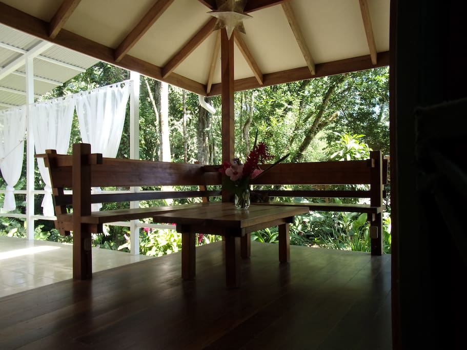 บ้านไม้ยกพื้น กับการต่อเติมบ้านให้ร่วมสมัย สร้างที่นั่งเล่นโปร่งโล่งรับวิวสวนป่าธรรมาชาติ