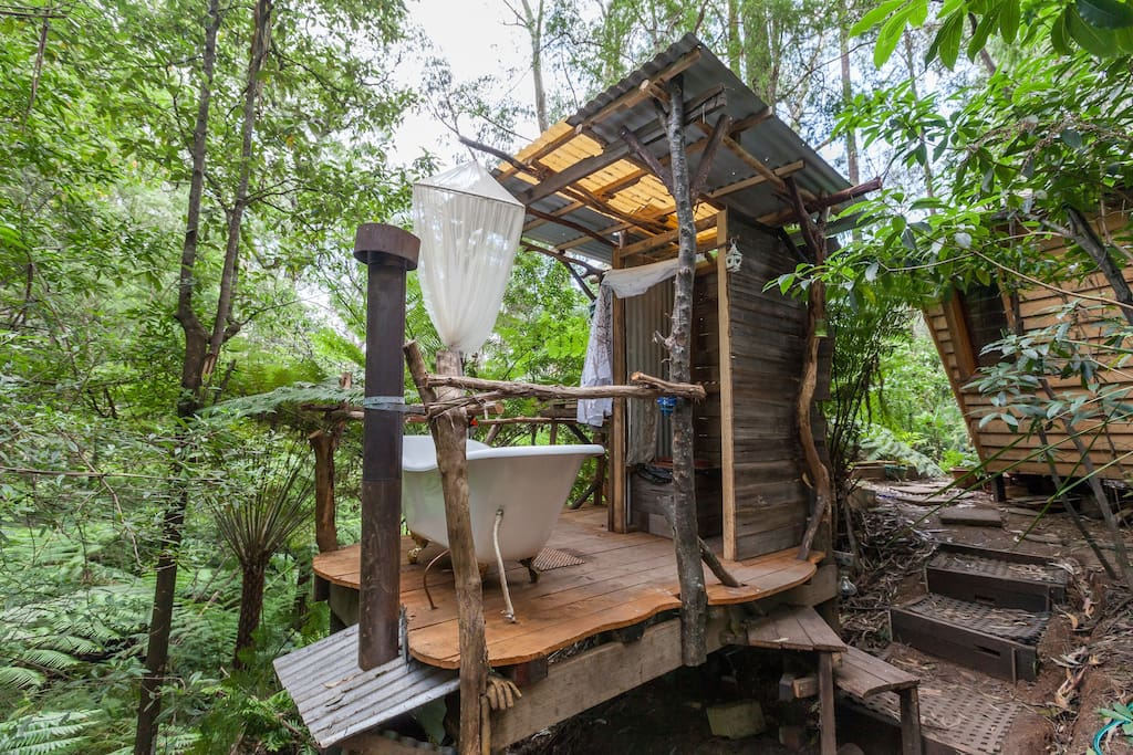 กระท่อมไม้เล็ก ๆ ในป่า มีอ่างอาบน้ำกลางแจ้ง
