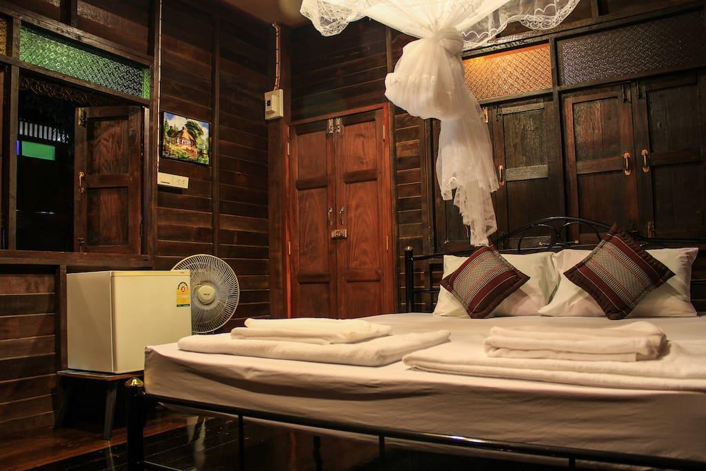 บ้านไม้โฮมสเตย์ บรรยากาศไทยโบราณย้อนยุค ตกแต่งสวยงามสไตล์เรือนไทยโบราณ