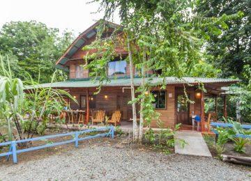 ไอเดียสร้างบ้านไม้สองชั้น พร้อมทั้งเป็นร้านอาหารและร้านกาแฟในต่างจังหวัด