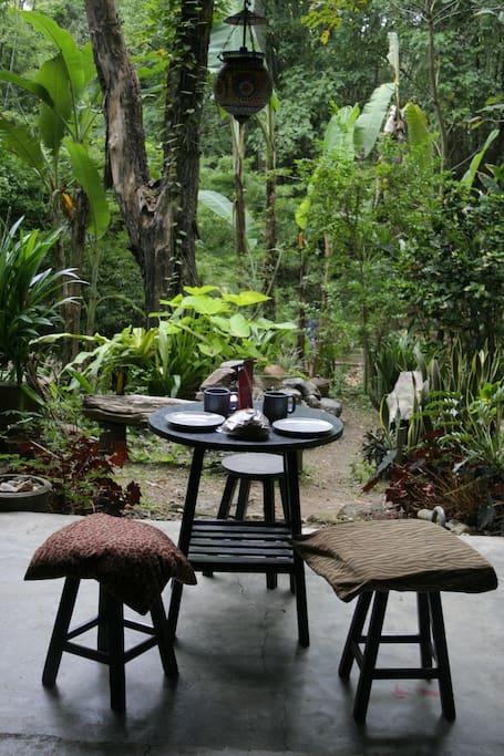 บ้านครึ่งปูนครึ่งไม้กลางป่าธรรมชาติ สไตล์ชนบท มีระเบียงไม้นั่งเล่นชั้นบน จากปาย แม่ฮ่องสอน