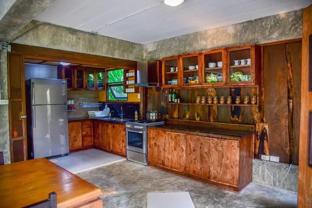 บ้านไม้กึ่งปูนแฝด ตกแต่งสไตล์ไทยล้านนา ในบรรยากาศสวนทรอปิคอล
