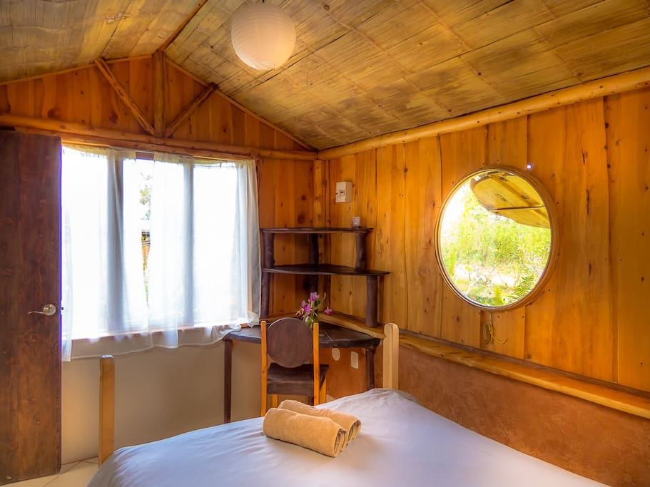 บ้านไม้กึ่งปูนเรียบง่าย ตกแต่งมีเสน่ห์สวยงาม ท่ามกลางป่าธรรมชาติเงียบสงบ