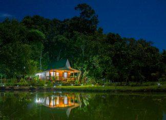 บ้านไม้กระท่อมยกพื้นหลักเล็ก ระเบียงด้านหน้ากว้าง สวยงามยามค่ำคืน