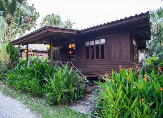 บ้านไม้ยกพื้นหลังเล็ก สไตล์เรือนไทยโบราณดั้งเดิม มีระเบียงไม้นั่งเล่นหน้าบ้าน