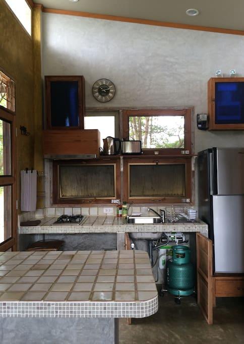 บ้านผนังปูนเปลือยหลังเล็ก เรียบเท่ร่วมสมัย มีระเบียงชมวิวทุ่งนา