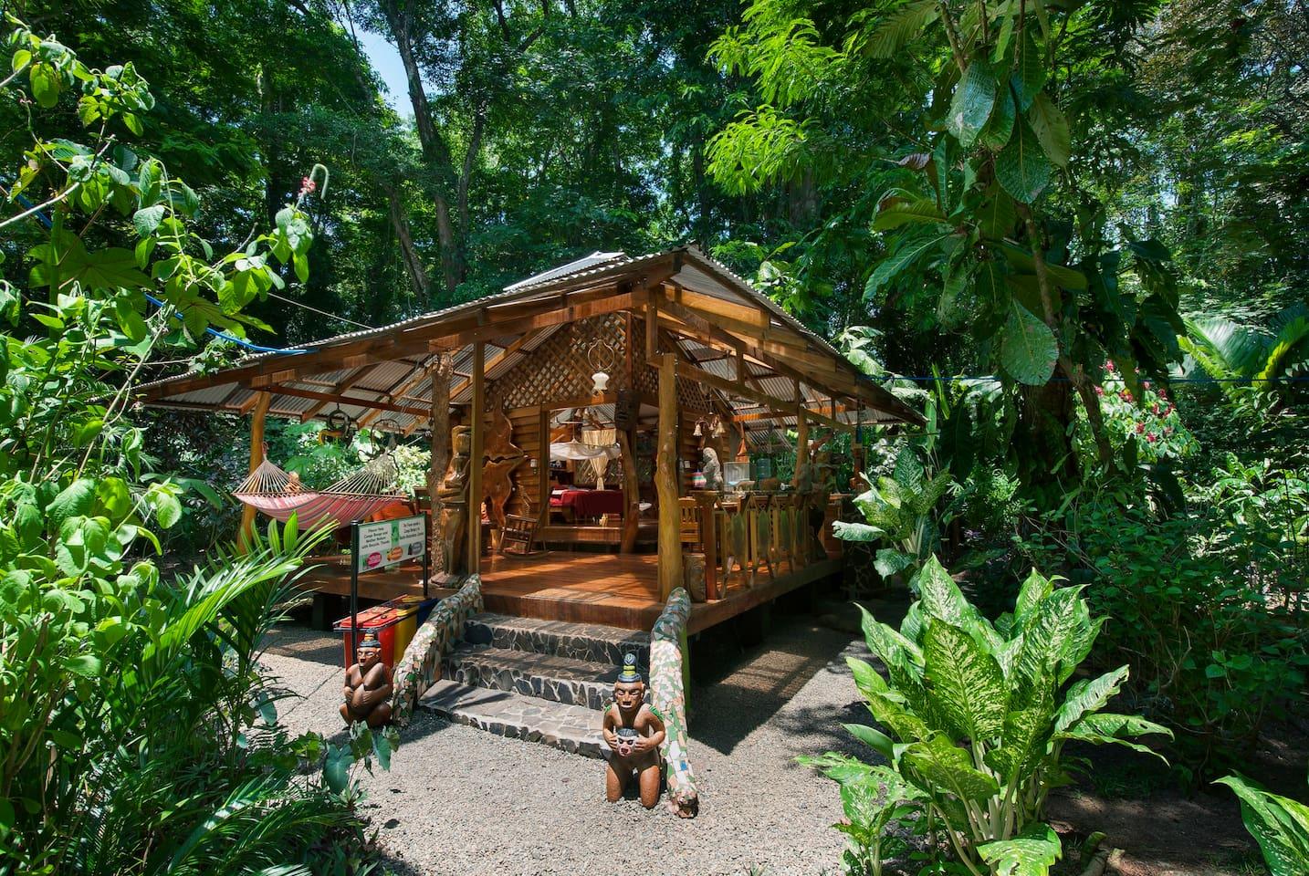 บ้านไม้รีสอร์ทหลังเล็ก ทำยกพื้นมีพื้นที่ขนาด 74 ตารางเมตร ผนังเปิดโล่ง รับบรรยากาศป่าธรรมชาติ มีระเบียงไม้