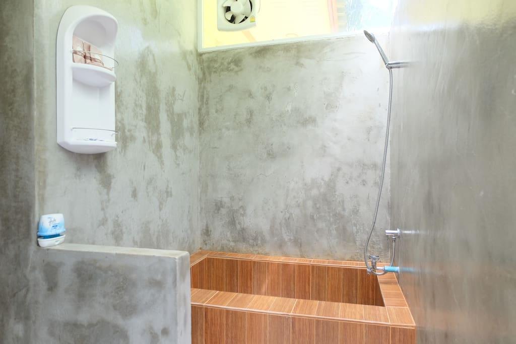 ห้องน้ำกลางแจ้ง ผนังปูนเปลือย