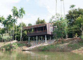 บ้านไม้ยกพื้น ระเบียงด้านหน้ากว้าง อยู่ติดริมแม่น้ำ