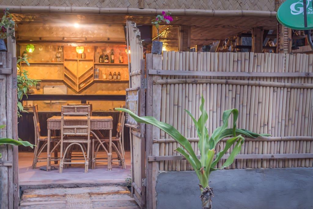บ้านไม้ไผ่ ตกแต่งผนังฝ้าเพดานด้วยงานไม้ไผ่สานทั้งหลัง หลังคาบ้านมุงด้วยหญ้าแห้ง